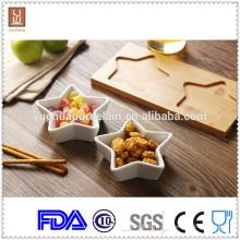 Белые обеденные тарелки с бамбуковой основой