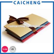 Tarjeta de invitación plegable de la boda de la tarjeta de regalo hecha a mano con la cinta