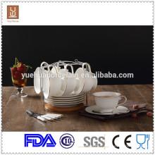 Tasse à thé et théière à café en porcelaine écologique à bord d'or et soucoupe à la cuillère