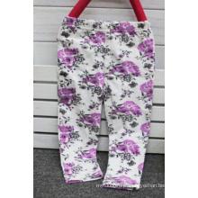 Calças de flor de bebê em roupas de crianças