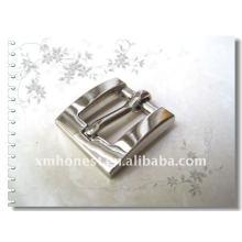 Pequena fivela de metal