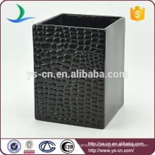Bote de basura de escritorio de cerámica en relieve negro