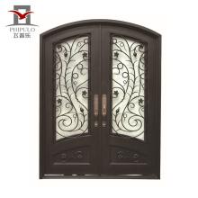 Puerta de hierro forjado y vidrio con tirador de hierro.
