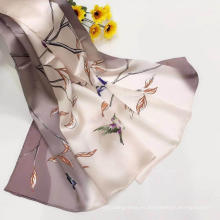 Pañuelo de seda satinado con estampado digital para mujer