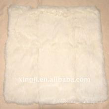 Белый кролик меховой валик обложка