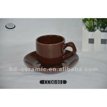 Taza de café de color cerámico y platillo