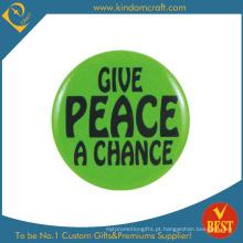 O emblema do botão da lata da publicidade da paz como a lembrança