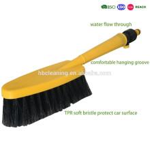 limpieza de la rueda del coche de flujo de agua y lavar el cepillo móvil