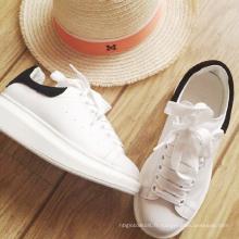 Chaussures blanches d'étudiant pour la dame