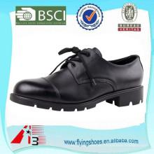 Los hombres visten los zapatos militares