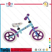Crianças andando de bicicleta primeiro equilíbrio de bicicleta