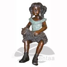 Chica de bronce con estatua de gato