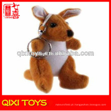 Brinquedo de pelúcia canguru com chaveiro de metal