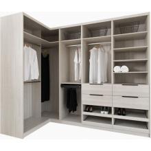 caminhada de madeira de luxo na mobília do armário