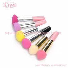 Colores componen embalado individualmente cepillo de esponja de mango largo puff puffs