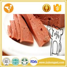 Собака с частной меткой обрабатывает консервированную собачью пищу