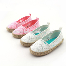 Las muchachas de la manera calzan el espadrille único del yute embroma los zapatos ocasionales