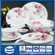 Fleur de fleur rose sur la table de service nouvelle vaisselle en porc