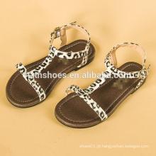 As meninas das sandálias das crianças do leopardo da forma enfaixam sandálias