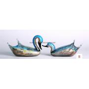 Un par de esculturas de cristal del cisne azul