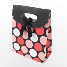 Sacs-cadeaux en papier avec poignées de ruban personnalisées