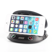Altavoz sin manos en el transmisor de FM Bluetooth del coche con el tenedor del teléfono