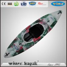 Kayak en plastique à eau blanche avec jupe de pulvérisation