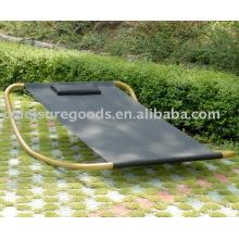Lit à bascule en acier en plein air près de la piscine