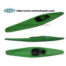 Profissional único sentar-se no esporte Kayak Polo