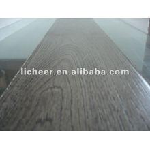 Superfície em relevo gravada com piso laminado