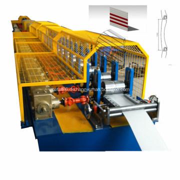 Garage, die herauf die Tür bildet, die Maschine bildet
