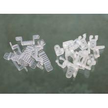 Clips enchufes y tubo de plástico