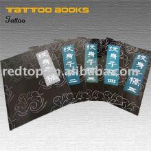 Diseño del amo del tatuaje libro usado y cuadro y flash