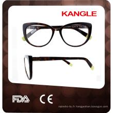 lunettes à la main en acétate