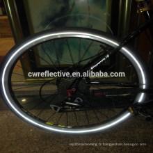 brille dans la bande réfléchissante de pneu de vélo noir