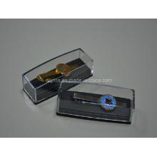 Clip de cravate métallique avec logo en émail dans une boîte en plastique