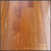 Um piso de madeira Merbau engenharia de grau