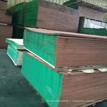 Différentes qualités de placage de bois d'acajou
