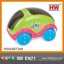 Маленький пластиковый игрушечный автомобиль для детей