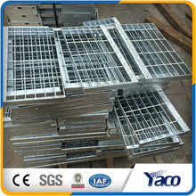 La rejilla de acero galvanizado baja los peldaños antideslizantes de la escalera