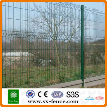 Vandal-proof wire mesh fence