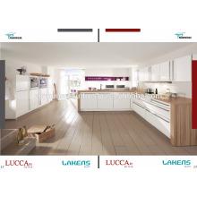 Armoires de cuisine avec porte à pichet haute brillance et comptoir en bois