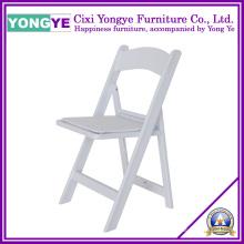 Weißer kompakter Klappstuhl aus Kunstharz mit gepolstertem Sitz