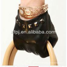 Senhora vestindo curto Rivet estilo luva de couro