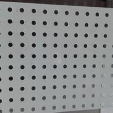 Panneaux en métal ondulé perforé