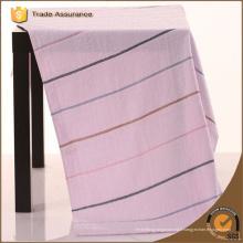 Serviette de teinture à fil à rayures de haute qualité avec broderie et satin