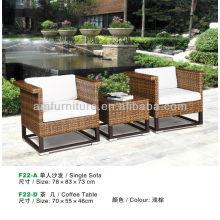 mesa de centro de vime marrom claro e sofá