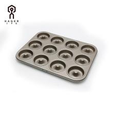El molde circular de oro con 12 tazas