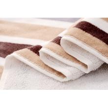 Cortar hilados de hilo de rayas teñidas toallas