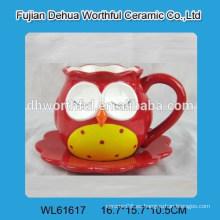 Superior taza de cerámica y platillo con forma de búho
